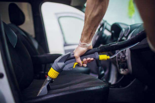 Das Autoinnenraum textilne die chemische Reinigung mit professioneller Extraktionsmethode. Frühlingsreinigung oder regelmäßige Reinigung. – Foto