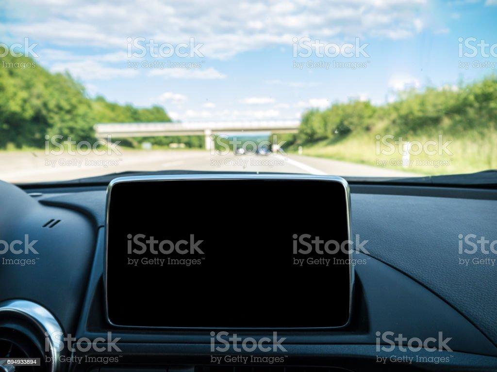 Innenraum mit Navigationssystem und deutschen Autobahnen im Hintergrund – Foto