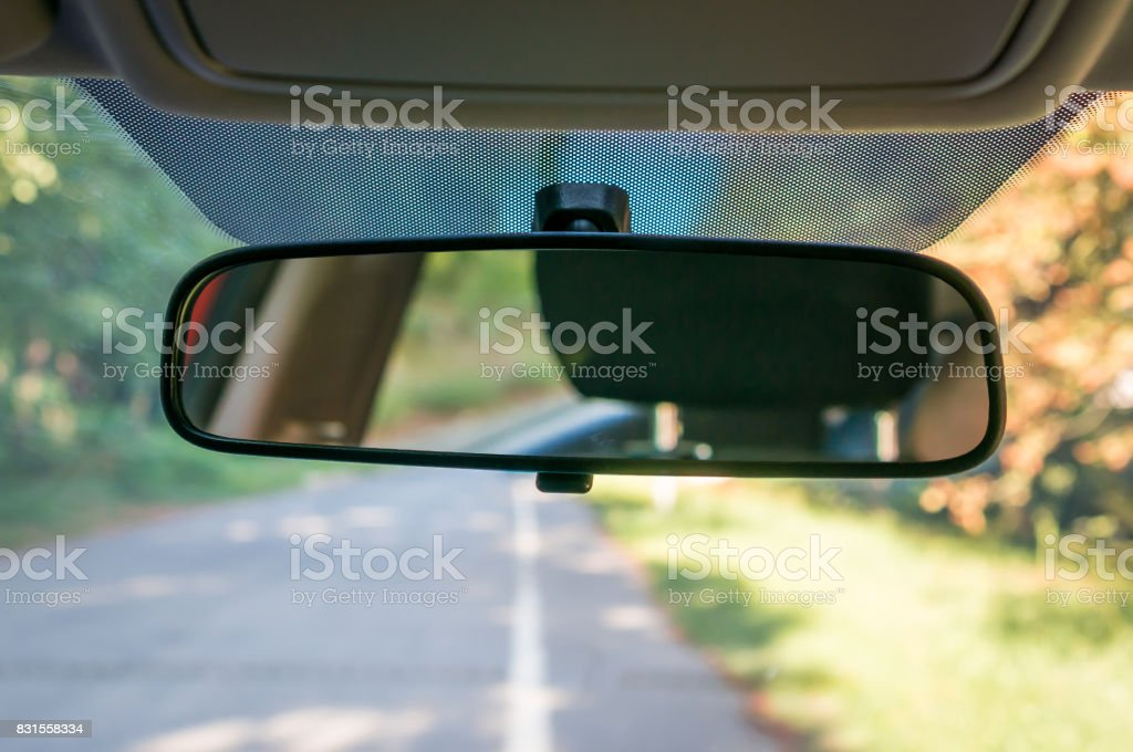Interior do carro com retrovisor e para-brisa - foto de acervo