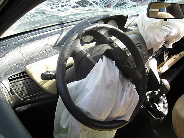 Auto innen drive gecrasht airbag weiten zerstört und Körper – Foto