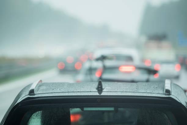 autofahren ist auf der straße im regen - deutsche wetter stock-fotos und bilder