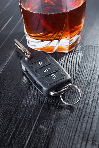 car key and whiskey alcohol drink in a glass on - whisky test stock-fotos und bilder