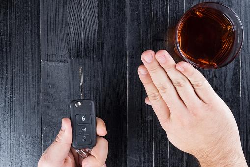 Car Key And Whiskey Alcohol Drink In A Glass On Foto de stock y más banco de imágenes de Adicción