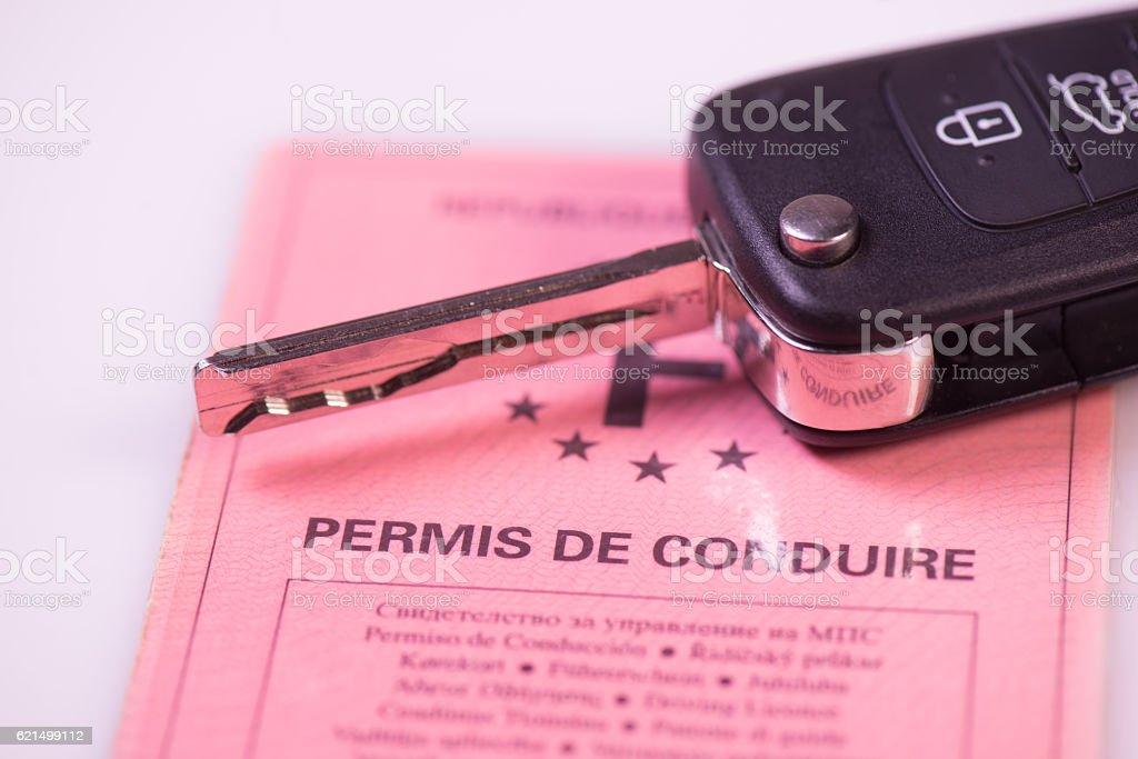Car keys and drivers license on white background photo libre de droits