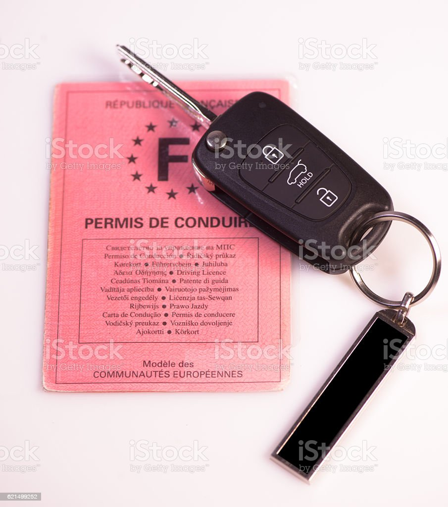 Car keys and drivers license on white background photo libre de droits