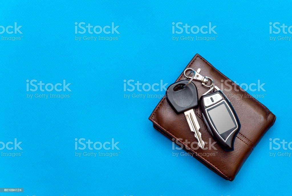 a8a6c4b921ae Clés de voiture avec portefeuille sur fond bleu. Vue de dessus. photo libre  de