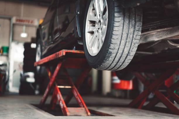 auto-lifting  - autowerkstatt stock-fotos und bilder