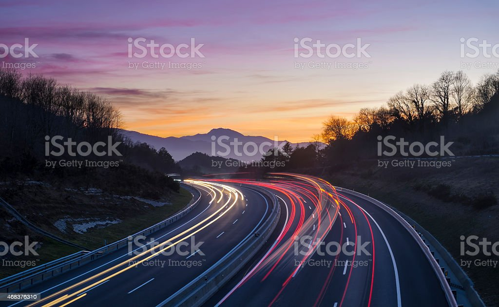 Lumières de la voiture sur la route en direction de la ville. - Photo