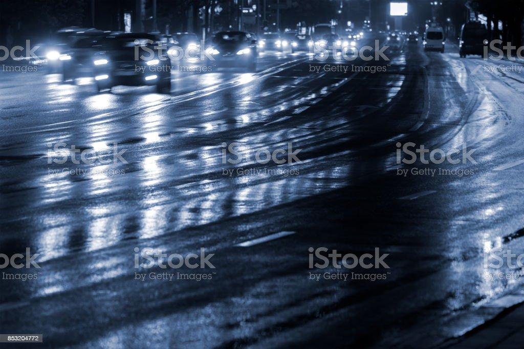 Luces De Coche Reflejando En Carretera Mojada Después De La Lluvia