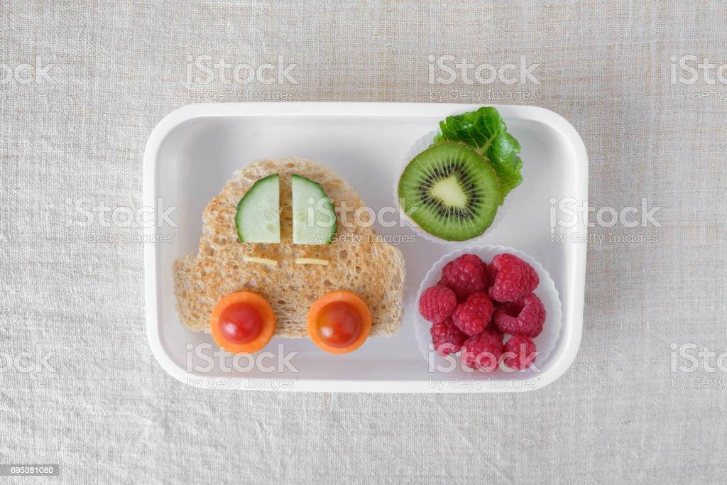 Caja de almuerzo de coche, divertido arte de alimentos para niños - Foto de stock de Alimento libre de derechos