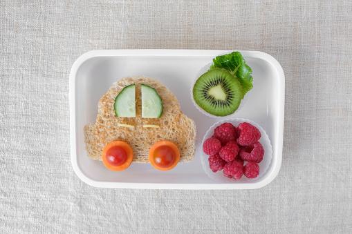 Caja De Almuerzo De Coche Divertido Arte De Alimentos Para Niños Foto de stock y más banco de imágenes de Alimento