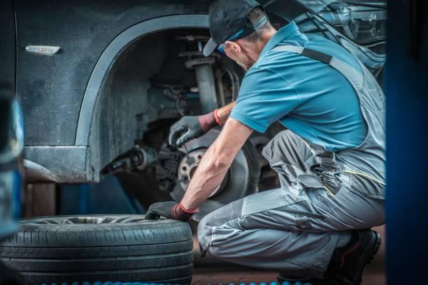 汽車機械師在工作 - 剎車制 個照片及圖片檔