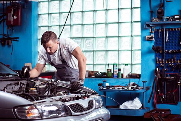 mecánico de automóviles en el lugar de trabajo - mecánico fotografías e imágenes de stock
