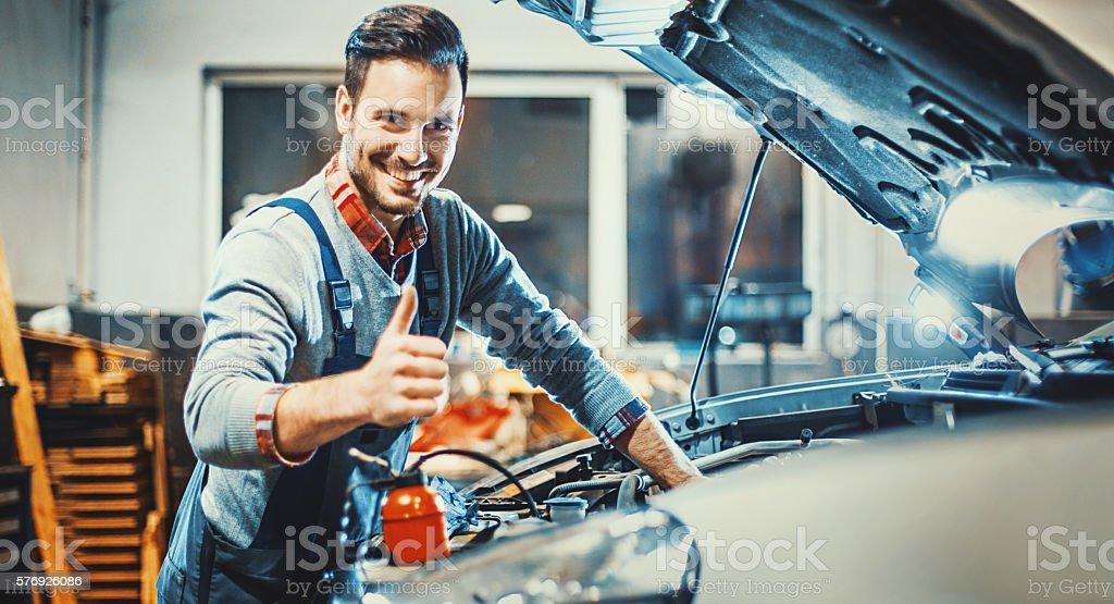Voiture mécanique au travail. - Photo