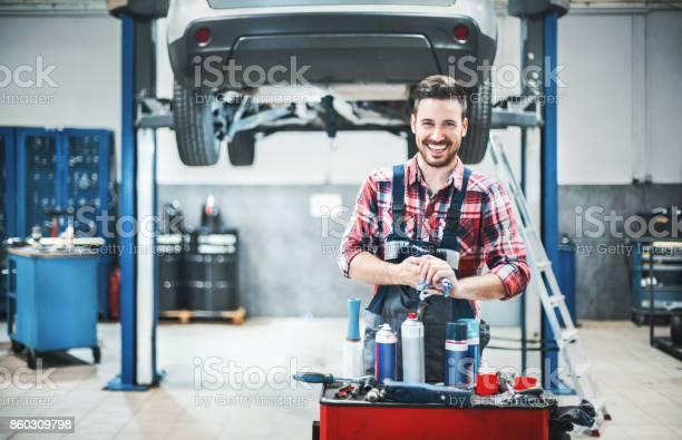 Automechaniker Bei Der Arbeit Stockfoto und mehr Bilder von Arbeiten