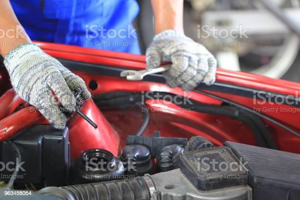 Servicio De Reparación Mecánica Del Coche Examen O Comprobación Aceite En Auto Foto de stock y más banco de imágenes de Coche