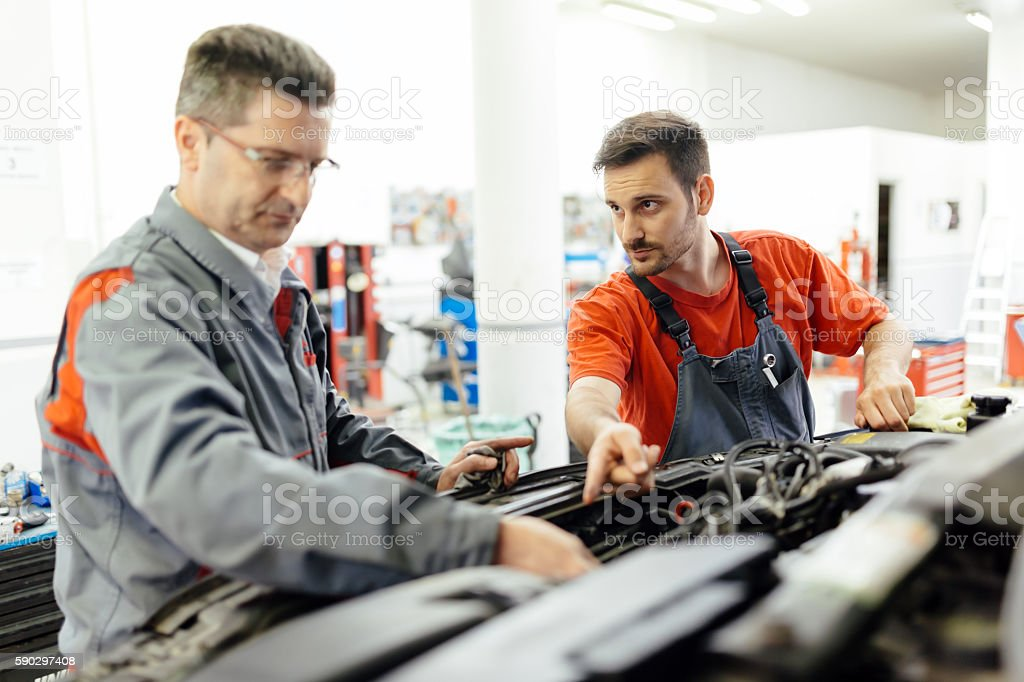 Car mechanic fixing a car royaltyfri bildbanksbilder