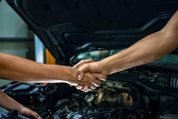 Automechaniker handshakes Kunde – Foto