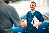 istock Car mechanic handshakes customer 539483520