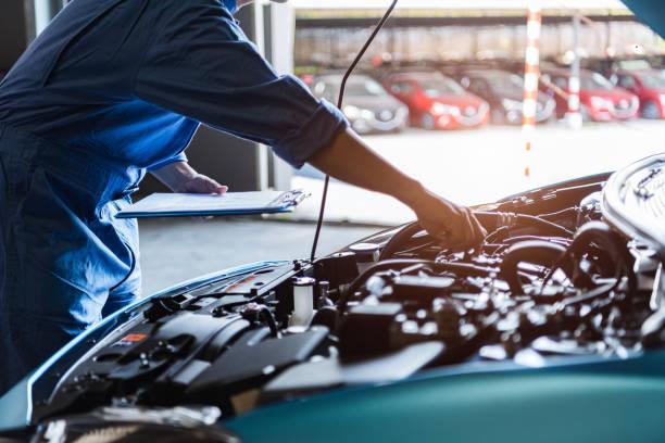 automechaniker halten zwischenablage und überprüfung zu wartungsfahrzeug durch kundenantrag auftrag in auto-werkstatt garage. motorreparaturservice. personen beruf und business-job. automobiltechniker - autowerkstatt stock-fotos und bilder