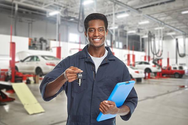 Car mechanic with key. – Foto
