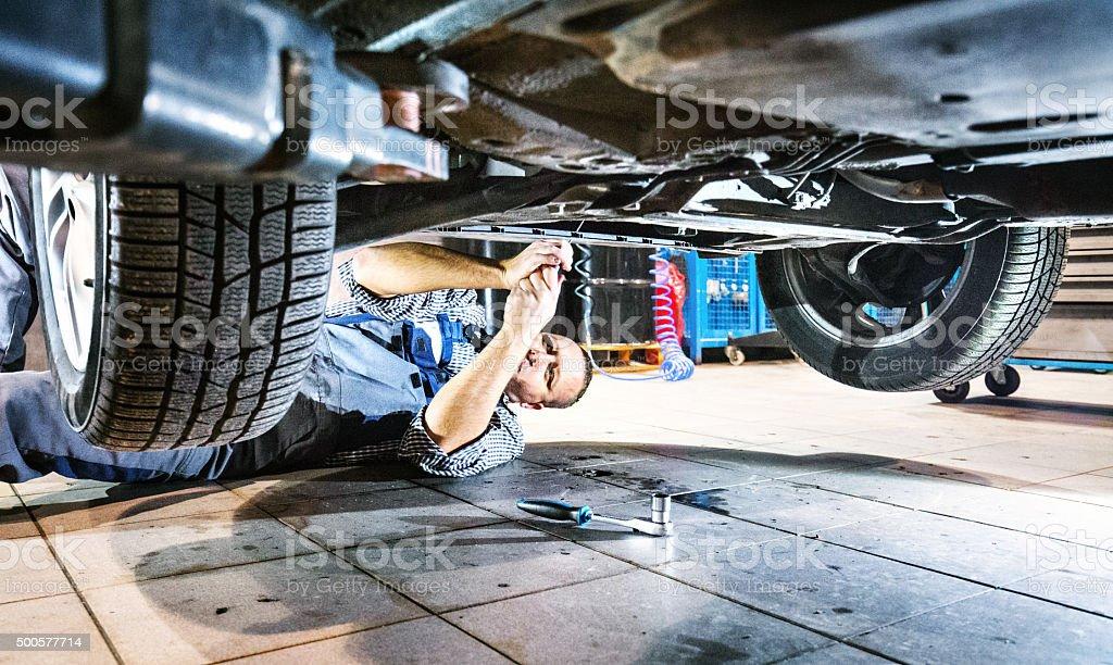 Auto-Mechaniker Arbeiten unter ein Auto. - Lizenzfrei 2015 Stock-Foto