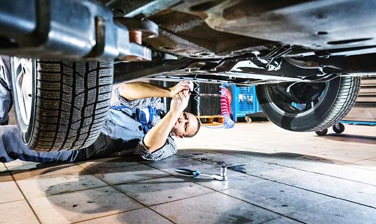 Automechaniker Arbeiten Unter Ein Auto Stockfoto und mehr Bilder von 2015