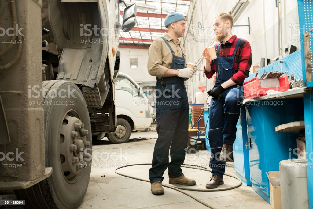 Auto mechanica op koffiepauze - Royalty-free Apparatuur Stockfoto