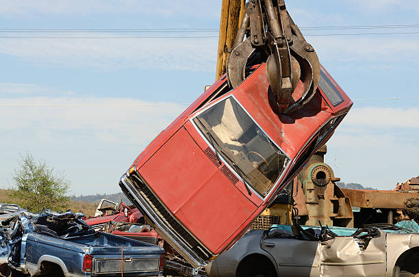 Car Move Large lift truck moving crushed cars at a metal recycle yard compactor stock pictures, royalty-free photos & images