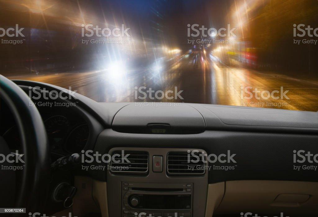 Auto auf der Autobahn nachts bewegen – Foto