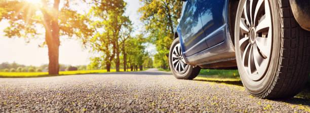 auto su strada asfaltata in estate - auto foto e immagini stock