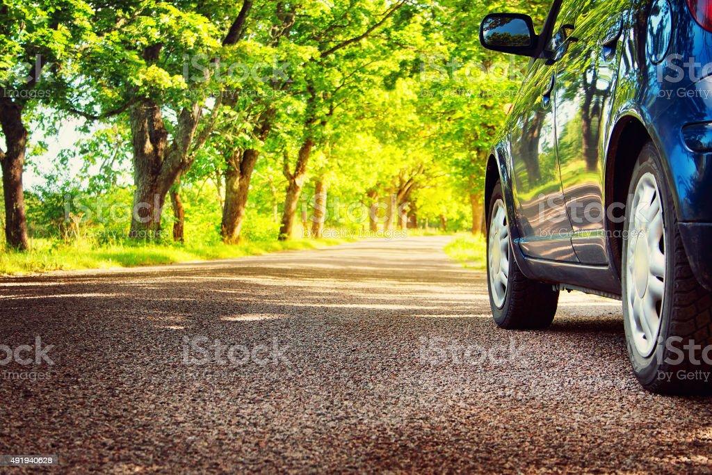 Auto auf Asphaltstraße im Sommer – Foto