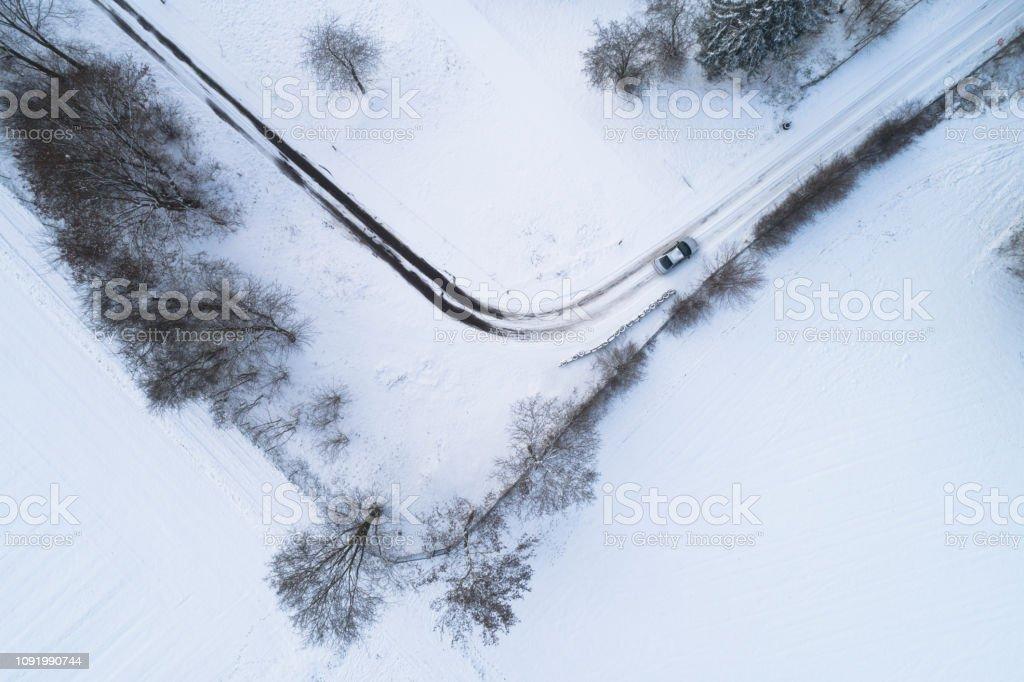 Auto auf der Landstraße im Winter – Foto