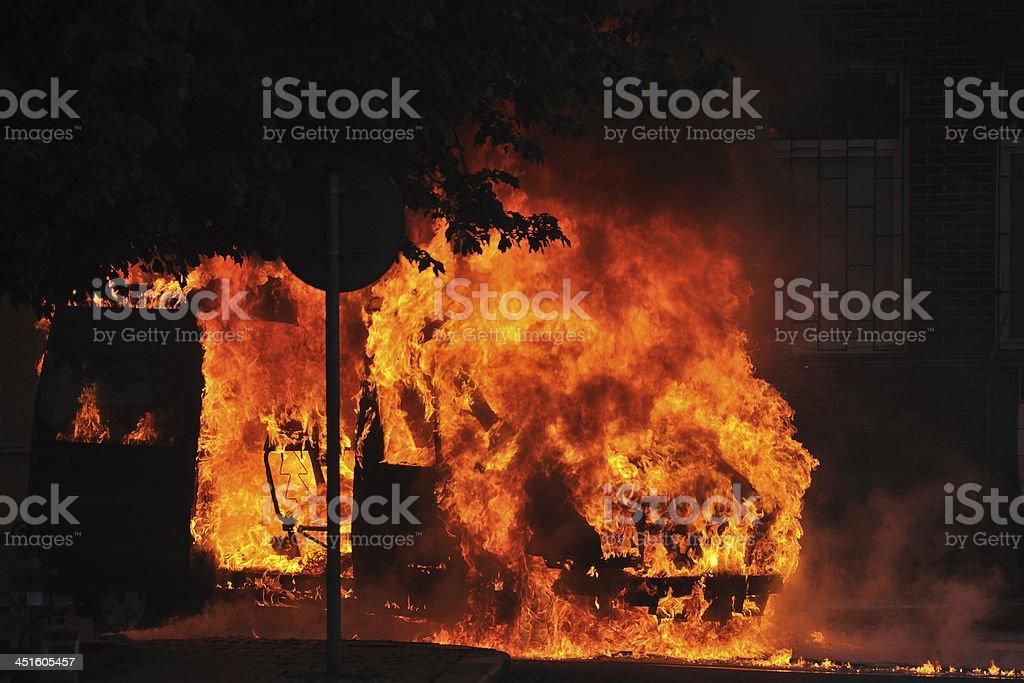 Auto-Feuer in der Straße – Foto