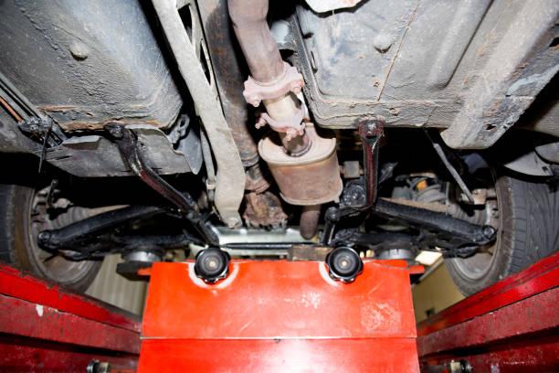 auto auf hebebühne in der autowerkstatt - adapter stock-fotos und bilder