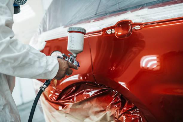 automalerei - autowerkstatt stock-fotos und bilder