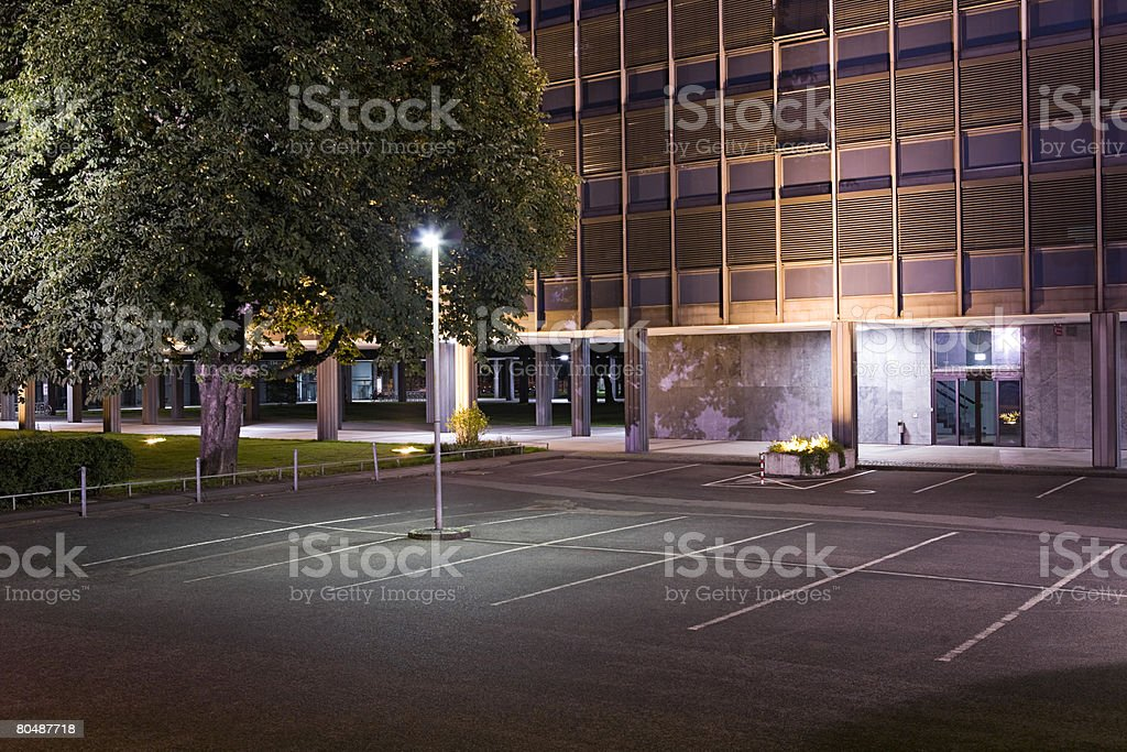 A car park infront of a building 免版稅 stock photo