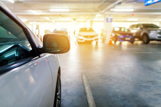 coche aparcado en el parking subterráneo - foto de stock