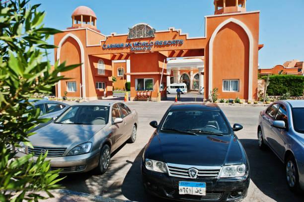 parkplatz in der nähe resorthotel in ägypten - proton auto stock-fotos und bilder