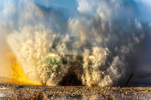 car-pass wasser in qatar rally - rally stock-fotos und bilder