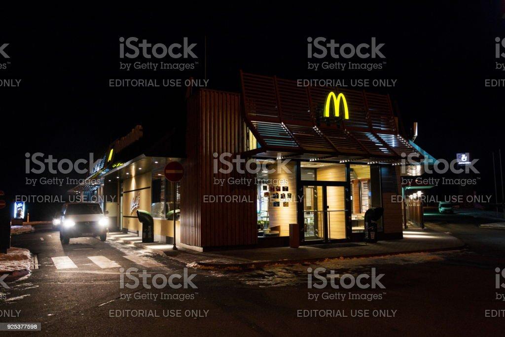 Auto auf der Durchreise McDrive bei McDonalds Restaurant internationale Fast-Food company – Foto