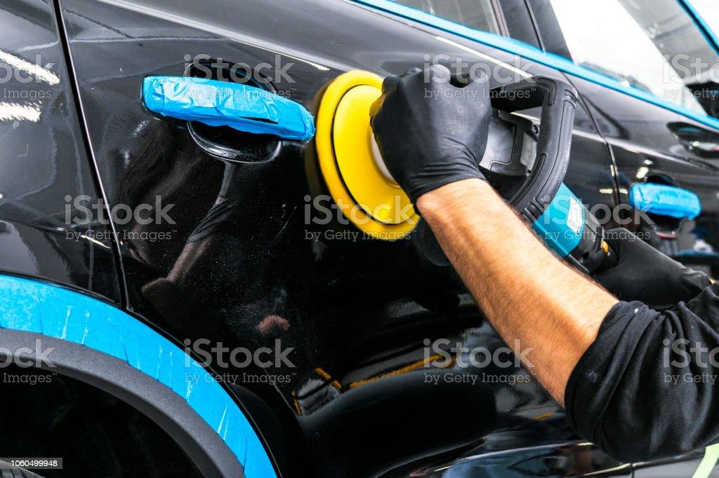 Auto Politur Wachs Arbeiter Hände auftragen Schutzfolie vor dem Polieren. Polieren und Polieren Auto. Auto Detaillierung. Mann hält ein Schleifer in der Hand und poliert das Auto – Foto
