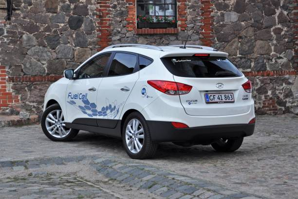 car powered by hydrogen - hyundai ix35 fuel cell - pila a idrogeno foto e immagini stock