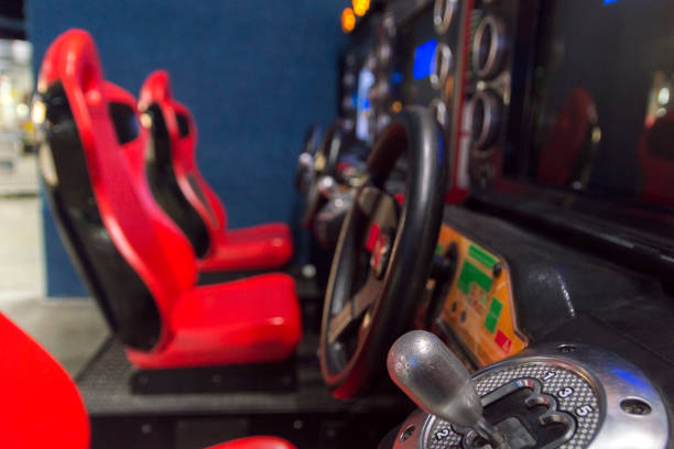 car racing videospiel in einer arcade - simulator stock-fotos und bilder