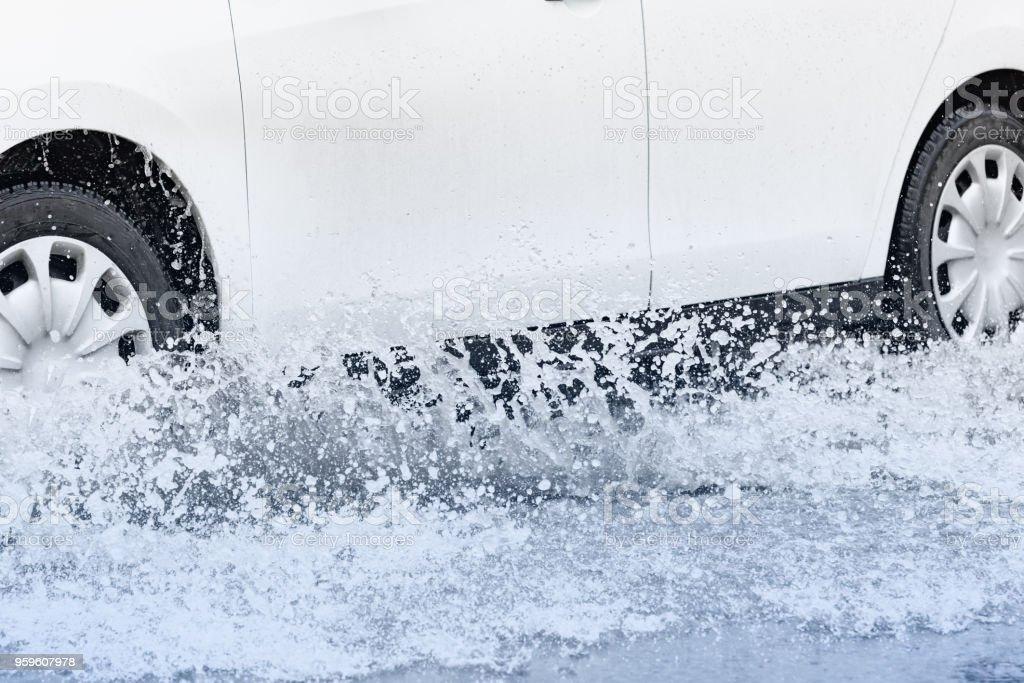 Salpicaduras de agua de lluvia en un charco - Foto de stock de Accidentes y desastres libre de derechos