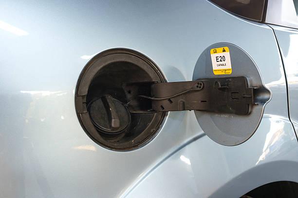 auto bereit zum auftanken - benzintank stock-fotos und bilder
