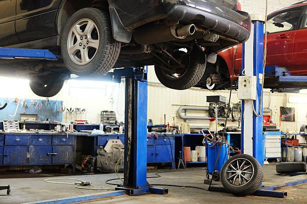 garage ein auto reparieren  - autowerkstatt stock-fotos und bilder