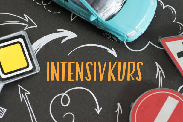 Ein Wagen, Verkehrsschild und Intensivkurs beim Führerschein – Foto