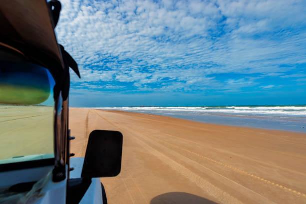 Auto läuft in einem Strand - Wüste Strand - keine Menschen - Fortaleza – Foto