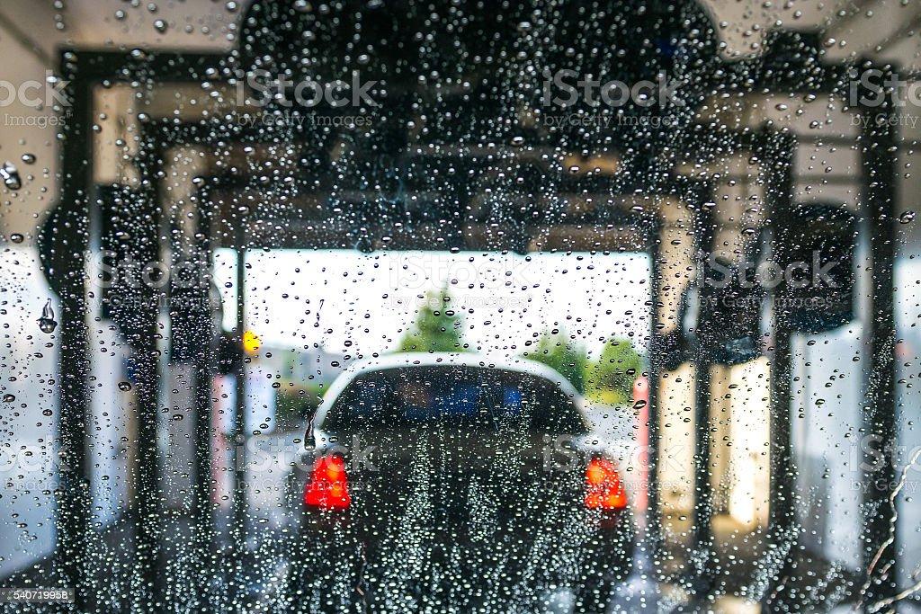 Auto corriendo a través de lavado automático de automóviles. - foto de stock
